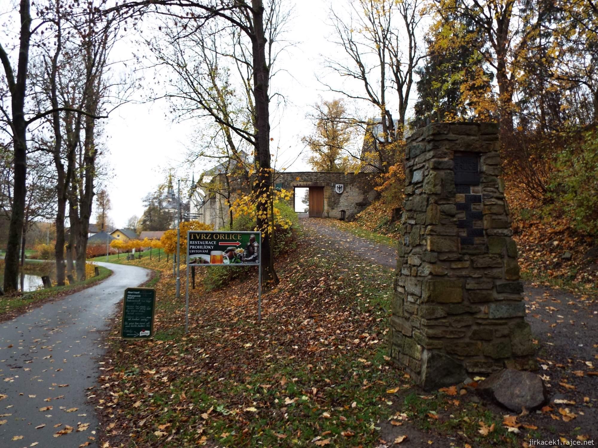 Letohrad - tvrz Orlice - brána tvrze a cesta okolo rybníka