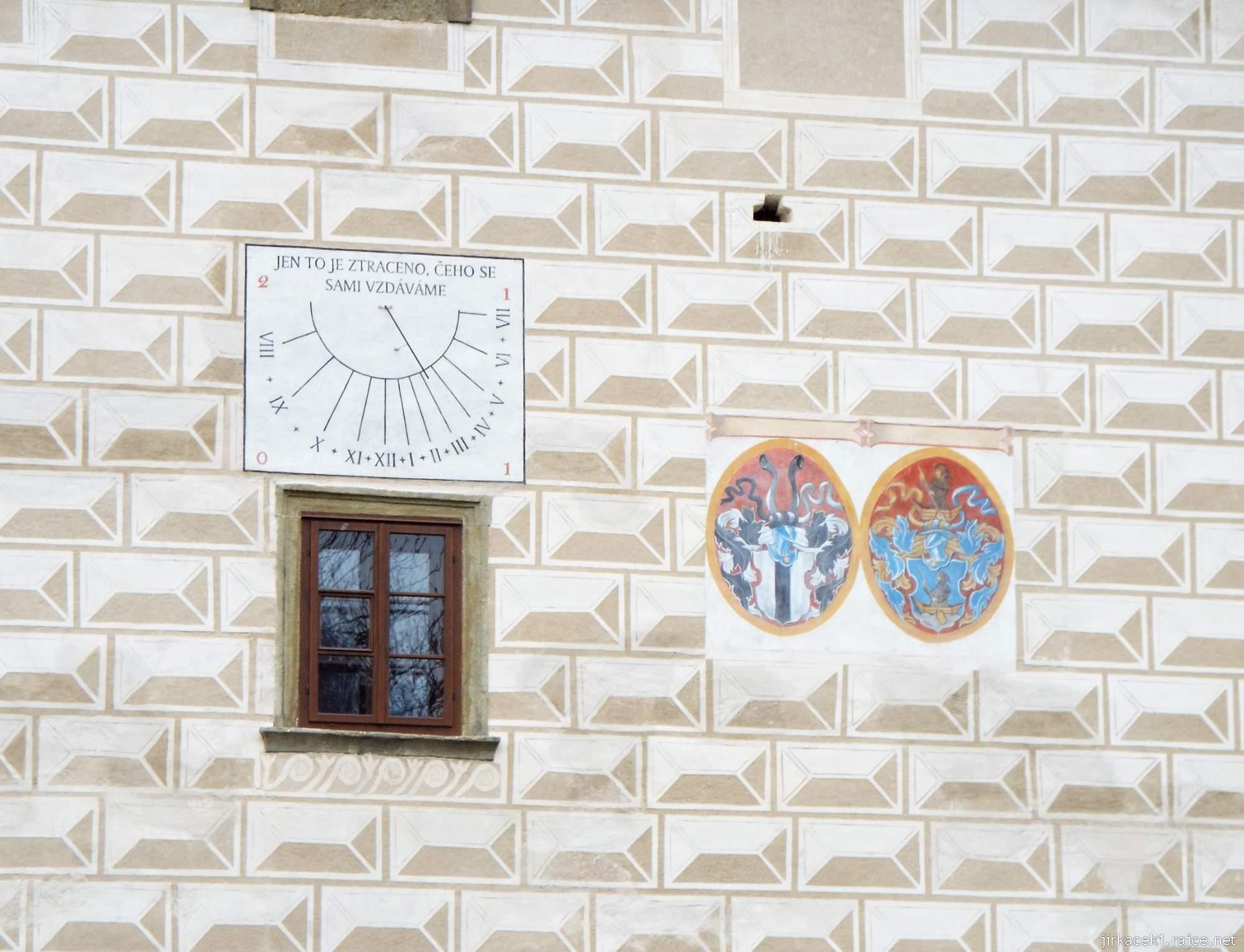 Letohrad - tvrz Orlice - sluneční hodiny a erby na fasádě
