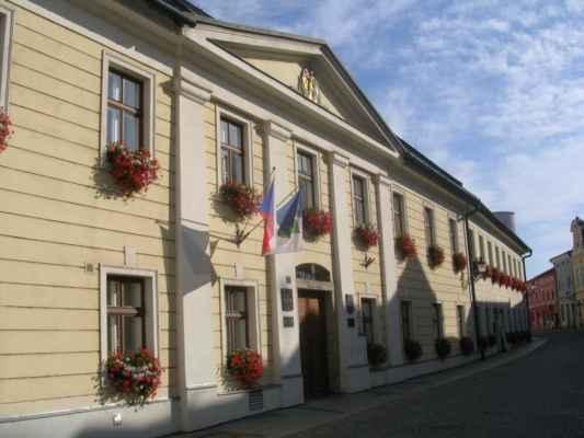 Radnice Karviné a Zlatý drak restaurant.