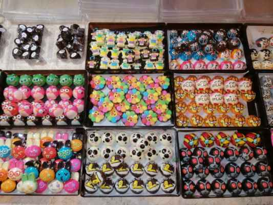 Malé čokoládové bonbóny.