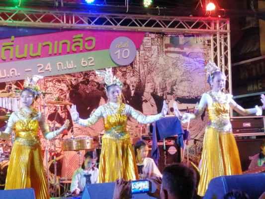Kulturní program na pódiu.