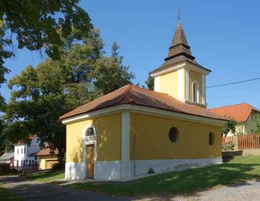 Kaple sv. Floriána vystavěná v empírovém slohu v roce 1838.