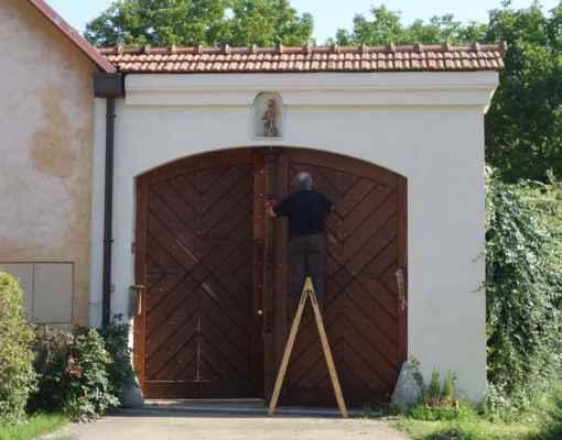 Brána se svatým Floriánkem ve výklenku.