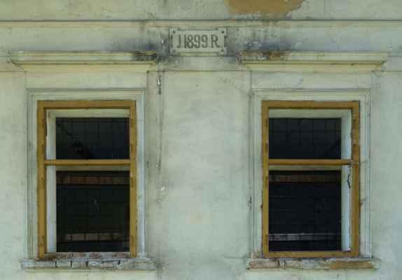 Tenhle dům má dataci 1899 a i když je momentálně prázdný (ale viditelně neopuštěný a nezpustlý), jeho zdi nejsou popraskané a ani provlhlé.