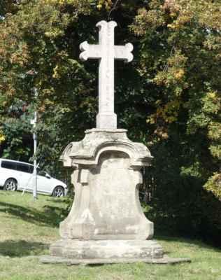 Kříž v zatáčce u kláštera - většinou to tady profrčíme, ale dnes nás zastavil cyklista s píchlou dušičkou a prosbou o záchranu. Darovala jsem mu svoji náhradní, když bude nejhůř, mám ještě lepení. Kotvový pamětní kříž je překvapivě z růžového mramoru, zasazený do 2 m vysokého pískovcového barokního podstavce. Ve spodní části kříže je uvedeno datování 1917. Mnohem starší podstavec vznikl kolem roku 1770.