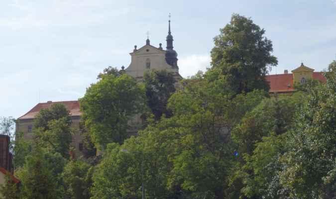 Pod klášterem Komunity Chemin Neuf Tuchoměřice jsme sjeli k Únětickému potoku.
