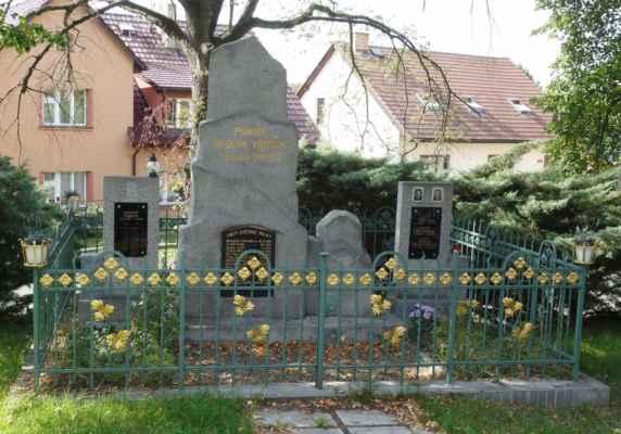 A tohle už je památník obětem 1. a 2. SV v Kněžívce.