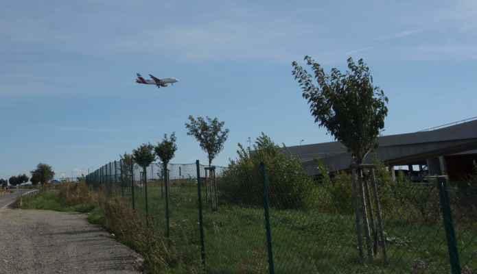 Kolem nového a starého letiště, tedy pardon, kolem Letiště Václava Havla Termínál 1 a 3 jsem projela na Dědinu a do Vokovic.