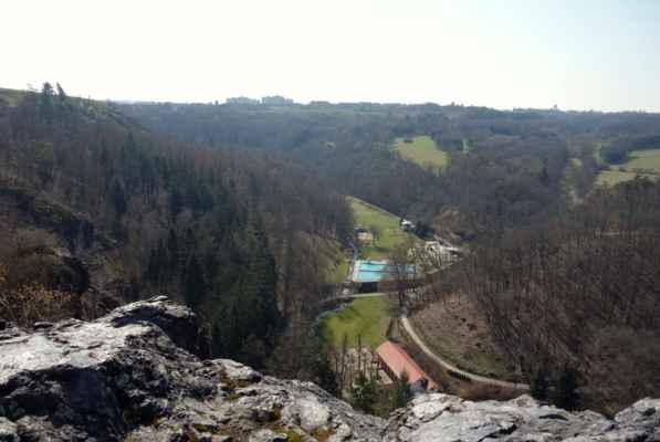 Ještě pohled dolů do údolí Šáreckého potoka a jde se zpět.