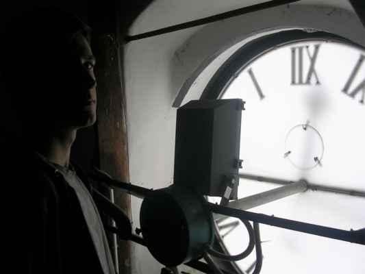 Junior za ciferníkem hodin ve věži Ostravského muzea (stará moravsko-ostravská radnice)