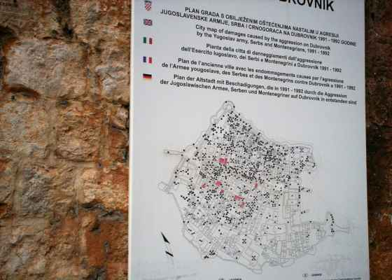 Dubrovník (Chorvatsko) V roce 1991, po vyhlášení chorvatské samostatnosti, bylo město během války ostřelováno těžkými děly Jugoslávské lidové armády (Srbsko + Černá Hora) z okolních pohoří, přičemž utrpělo mnoho škod. Obléhání města a jeho případné obsazení bylo součástí plánu Jugoslávské lidové armády pro postup směrem do Dalmácie z Černé Hory. Na snímku je mapka Dubrovníku s vyznačením dopadu střel Jugoslávské armády. Srbové a Černohorci na město stříleli, přestože je město od r. 1979 zapsáno na seznam UNESCO. Po ukončení občanské války iniciovalo UNESCO obnovu historického jádra města. Rekonstrukce proběhla podle původních plánů, aby byl zachován styl města. Stavební práce byly provedeny v hodnotě 50 milionů amerických dolarů. Byla rovněž aplikována opatření proti zemětřesení.