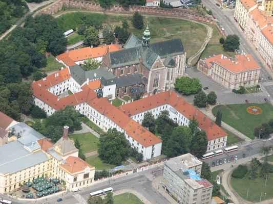 Golf 2008 Pavouk 088 - Bazilika Nanebevzetí Panny Marie  Chrám nechala vystavět královna Eliška Rejčka a založila klášter cisterciaček. Roku 1783 do bývalého kláštera cisterciaček přesídlili augustiniáni. Opatství bylo centrem duchovního, vědeckého a kulturního života města Brna.