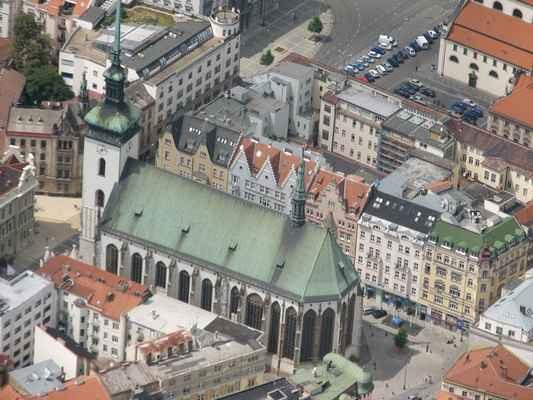 Golf 2008 Pavouk 099 - Kostel sv. Jakuba  Kostel sv. Jakuba byl postaven počátkem 13. st. Sloužil potřebám hlavně německých a flanderských kolonistů. Původní podoba kostela se nedochovala. Kostel sv. Jakuba, tak jak jej známe dnes, byl postaven na přelomu 14.-15. st. v pozdně gotickém slohu. Na stavbě se podílel Lorenz Spening. Úpravy, které se prováděly počátkem 16. st., prováděl Anton Pilgram. V interiéru dřevořezba Ukřižování Krista z konce 13. st., kamenné desky s poloplastickými výjevy Oplakávání Krista a Ukřižování z počátku 16. st. Typickou věž, jež se tyčí do výše 92 m, dokončil až r. 1592 Antonio Gabri. V kostele je umístěno několik náhrobků, mezi nimiž můžeme najít i náhrobek Luise Raduita de Souches, obránce Brna proti Švédům.