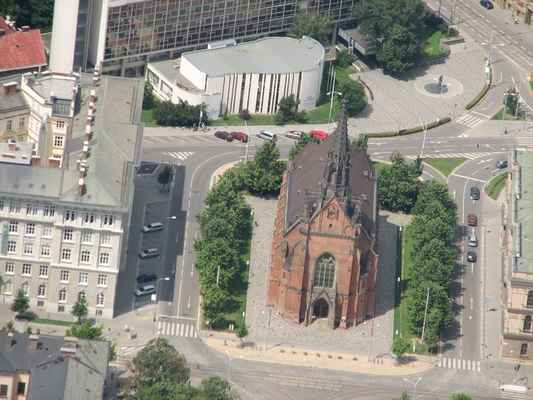 Golf 2008 Pavouk 102 - Evangelický kostel J. A. Komenského - Červený kostel  Kostel postavený v letech 1863-1867. Architekt Heinrich Ferstel jej navrhl ve stylu severoněmecké gotiky, neomítnutý, z červených cihel, které daly kostelu druhé jméno.